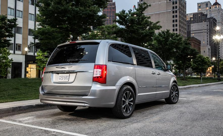 2017 Chrysler Town & Country (spy photo) - Slide 31