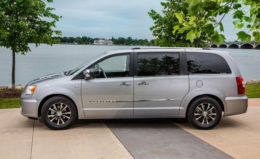 2017 Chrysler Town & Country (spy photo) - Slide 35