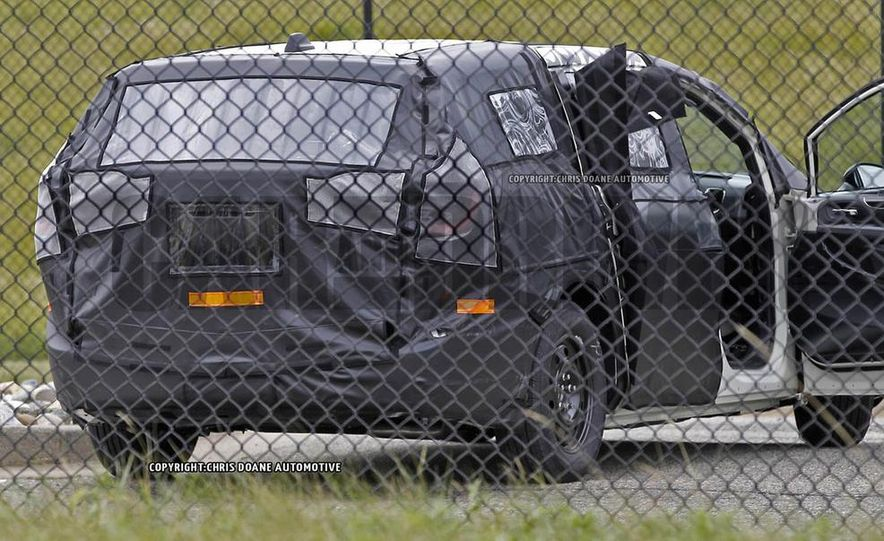 2017 Chrysler Town & Country (spy photo) - Slide 17