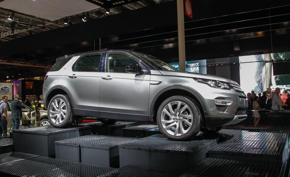 https://hips.hearstapps.com/amv-prod-cad-assets.s3.amazonaws.com/images/14q3/628687/2016-land-rover-discovery-sport-photo-639387-s-986x603.jpg