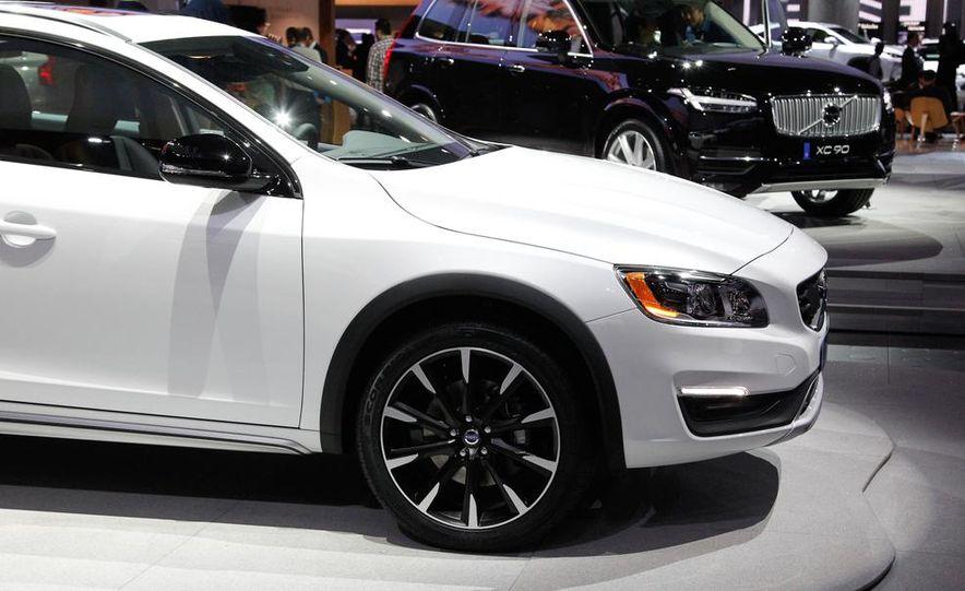 2015 Volvo V60 Cross Country - Slide 9