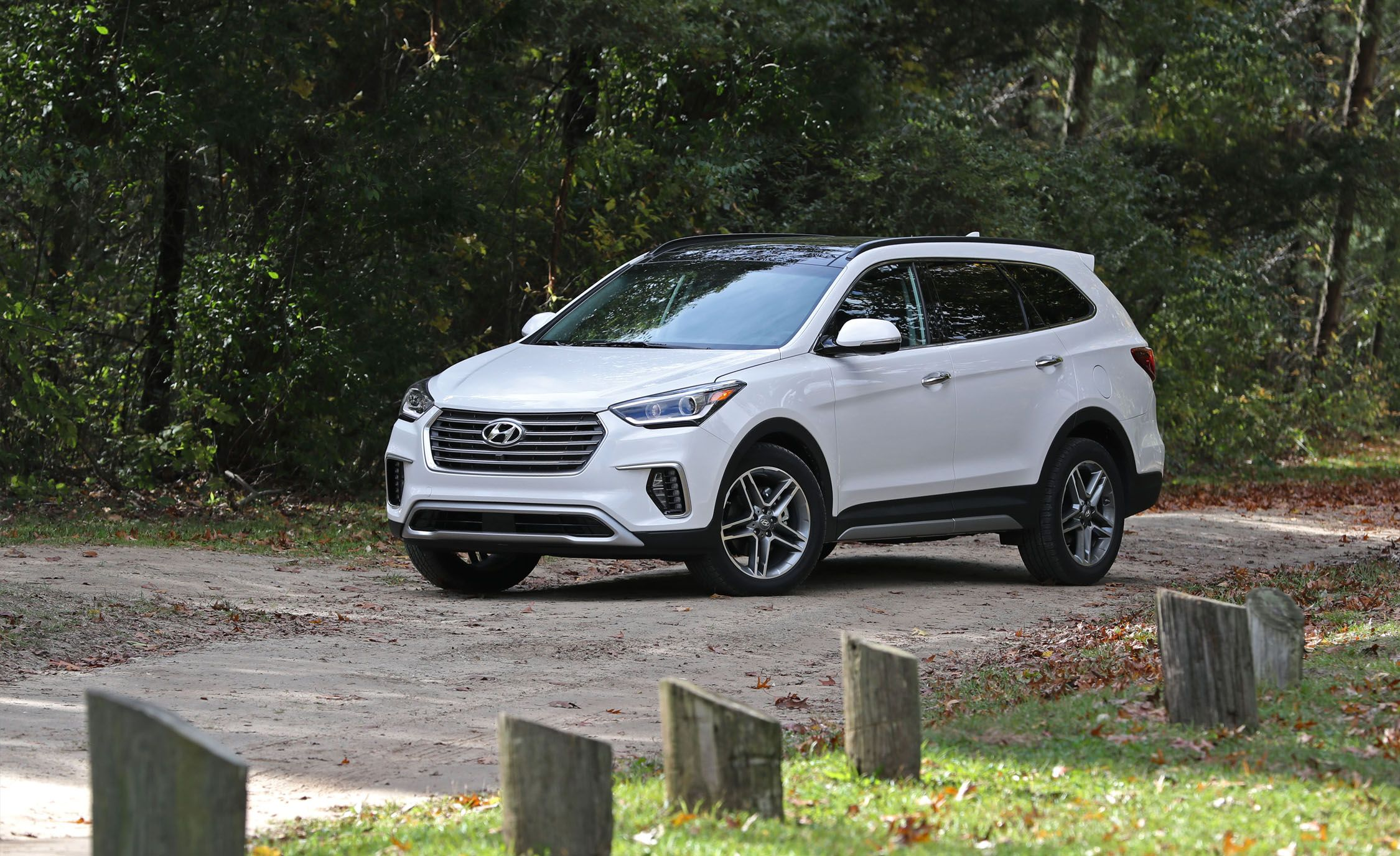 Hyundai Santa Fe Santa Fe Xl Reviews Hyundai Santa Fe Santa Fe Xl Price Photos And Specs Car And Driver