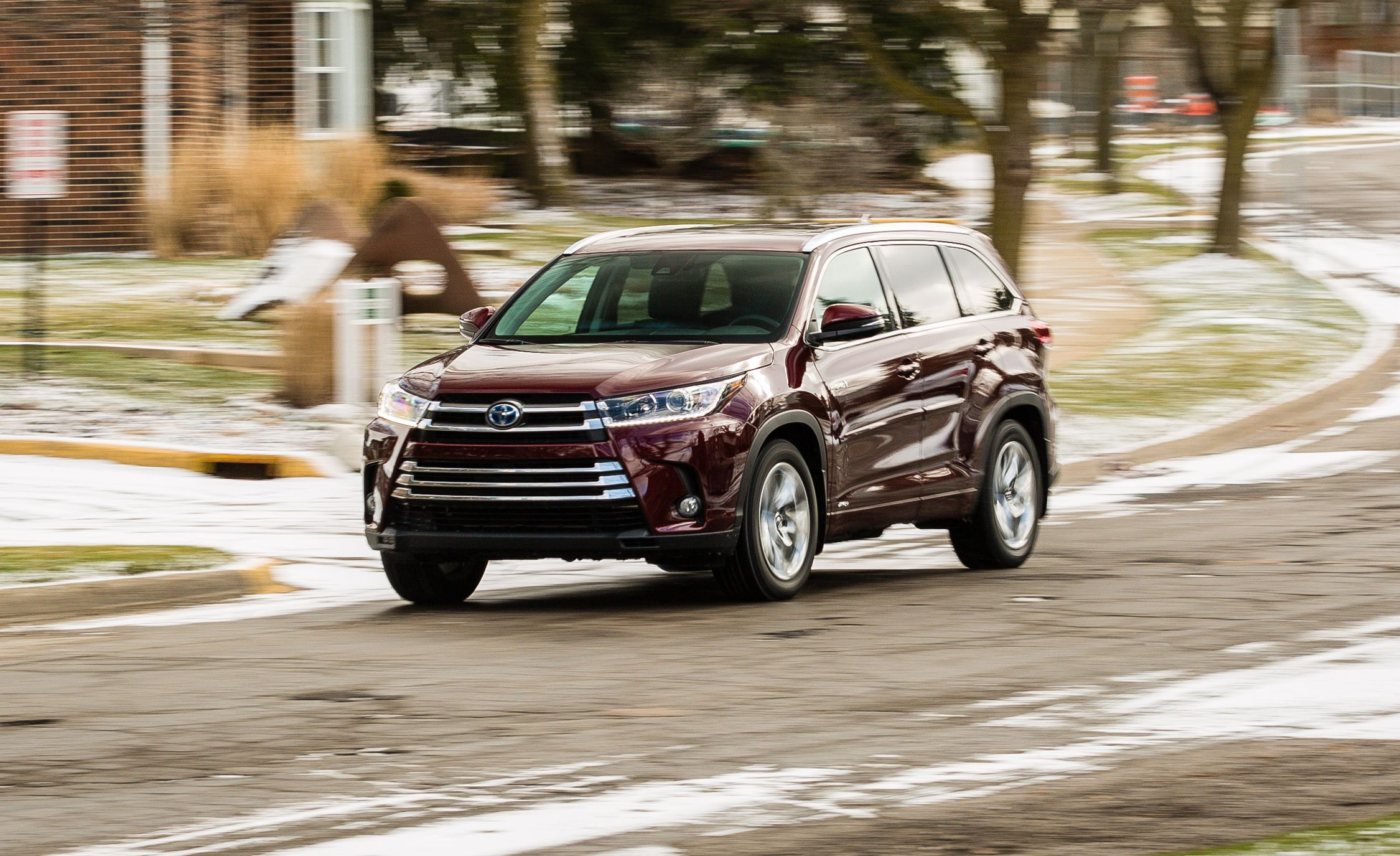 2017 Toyota Highlander Hybrid Awd Test Review Car And Driver