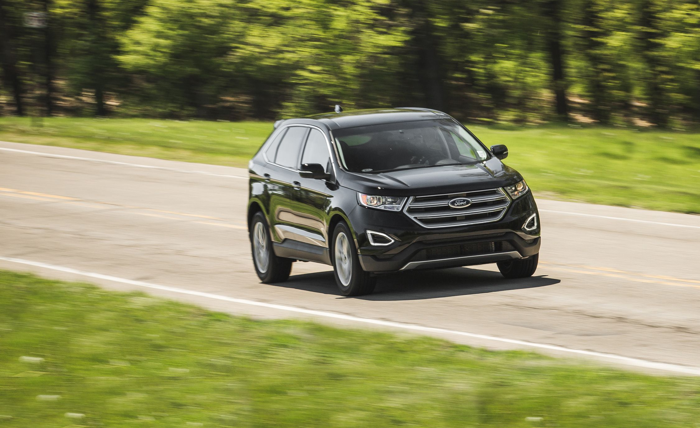 Ford Edge Reviews Ford Edge Price Photos And Specs Car And Driver