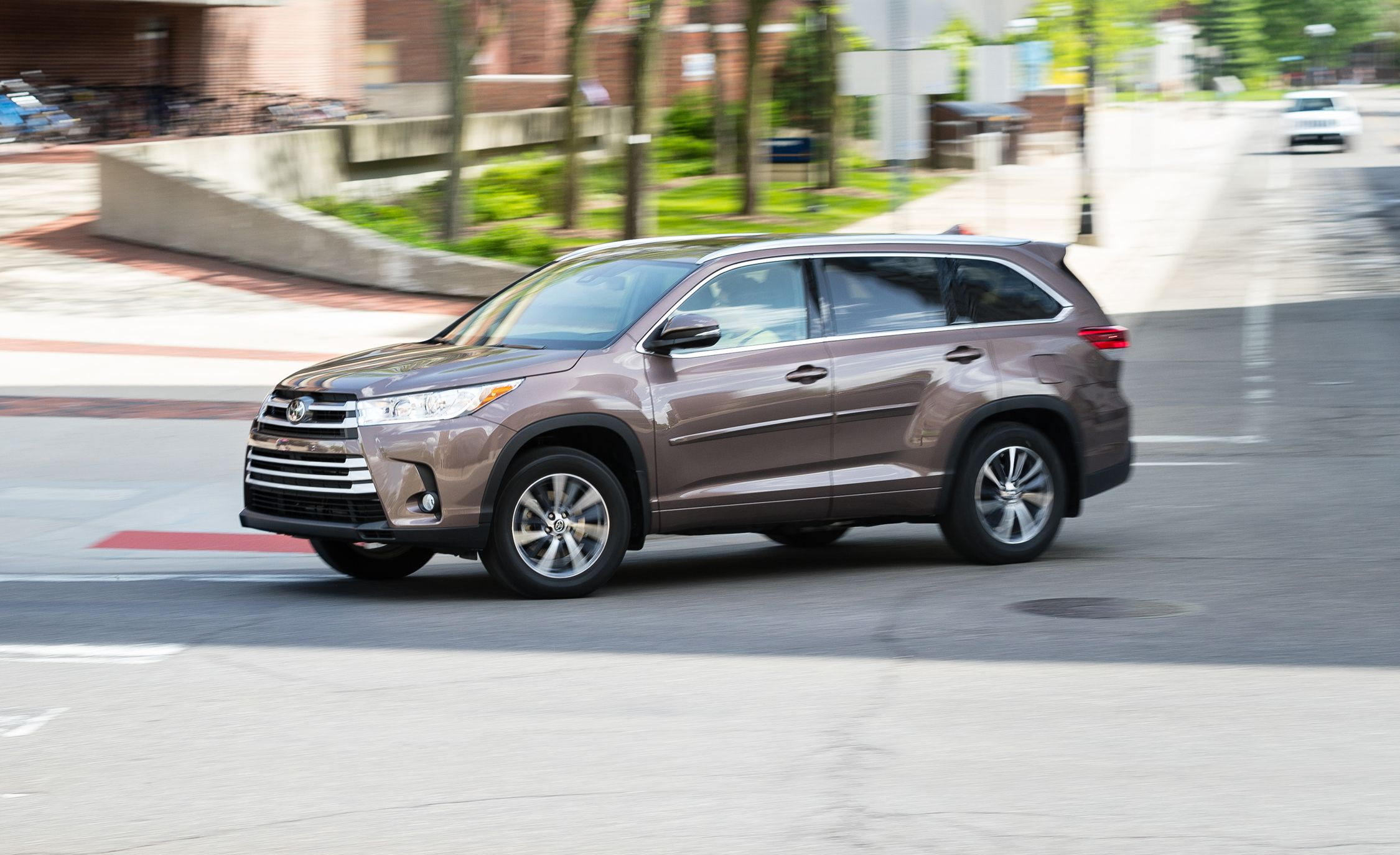 Best Midsize Suv 2017 >> Toyota Highlander Reviews | Toyota Highlander Price, Photos, and Specs | Car and Driver
