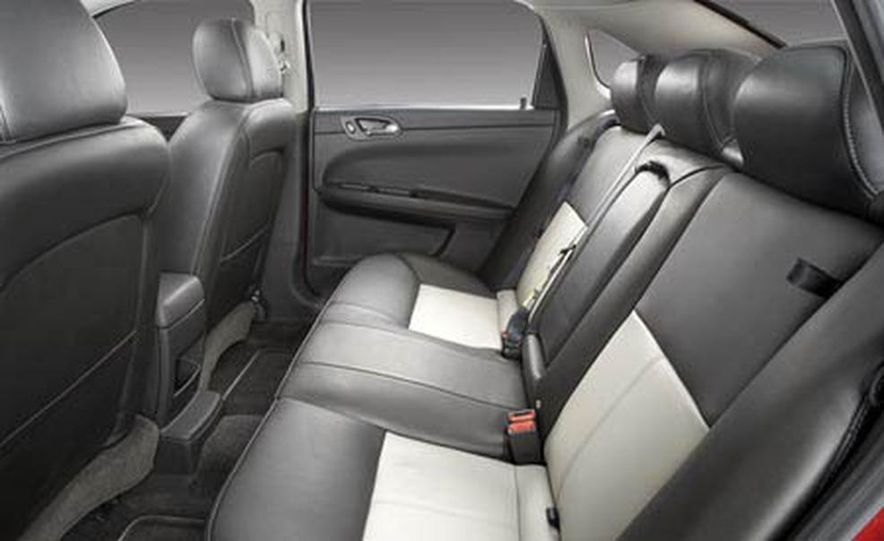 2009 Cadillac Escalade Platinum interior - Slide 11