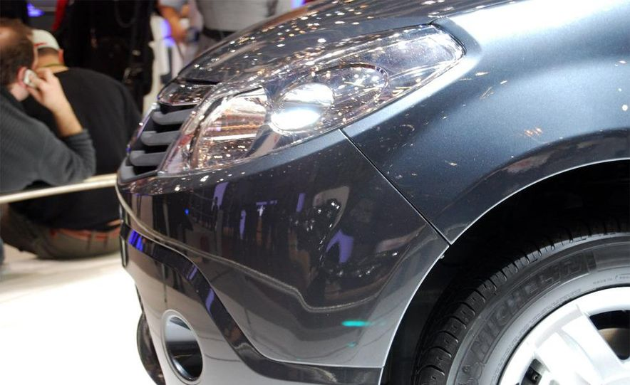 2008 Dacia Sandero headlight - Slide 1
