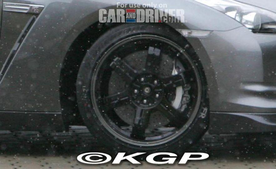 2011 Nissan GT-R Spec V illustration - Slide 14