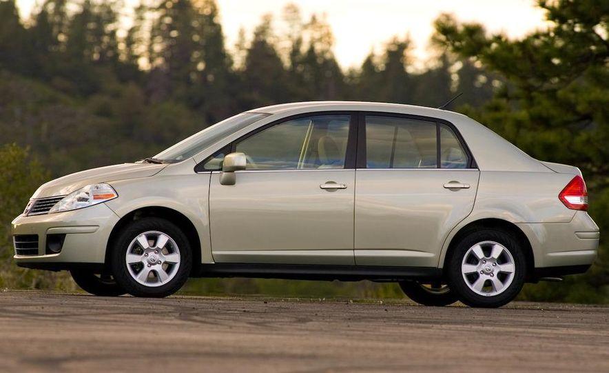 2009 Nissan Versa sedan - Slide 6