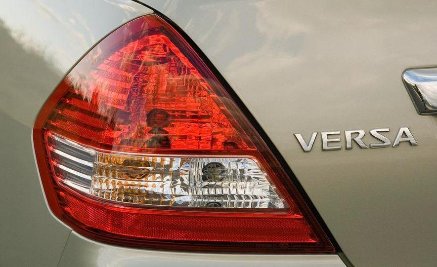 2009 Nissan Versa sedan - Slide 10