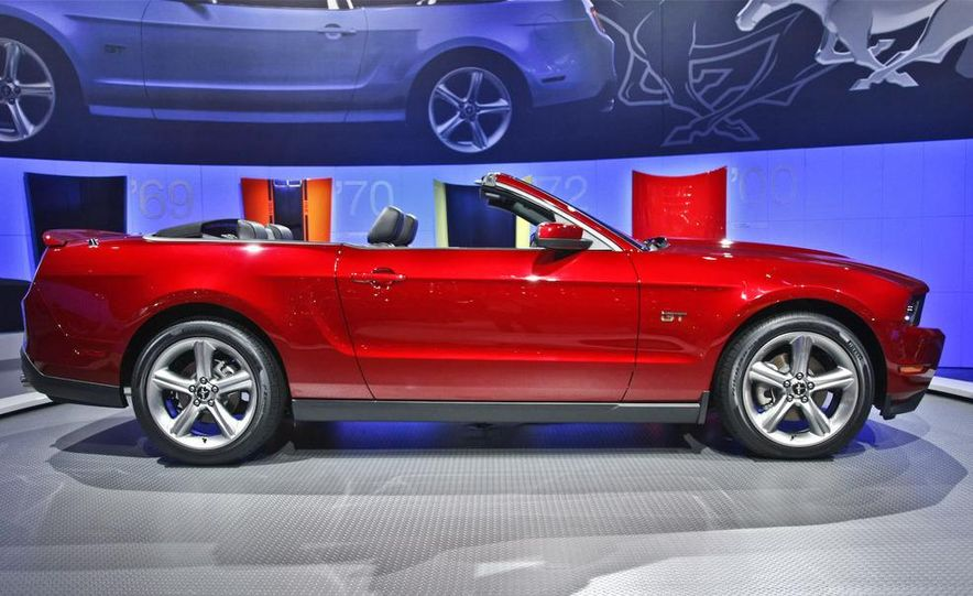 2010 Ford Mustang GT convertible - Slide 2