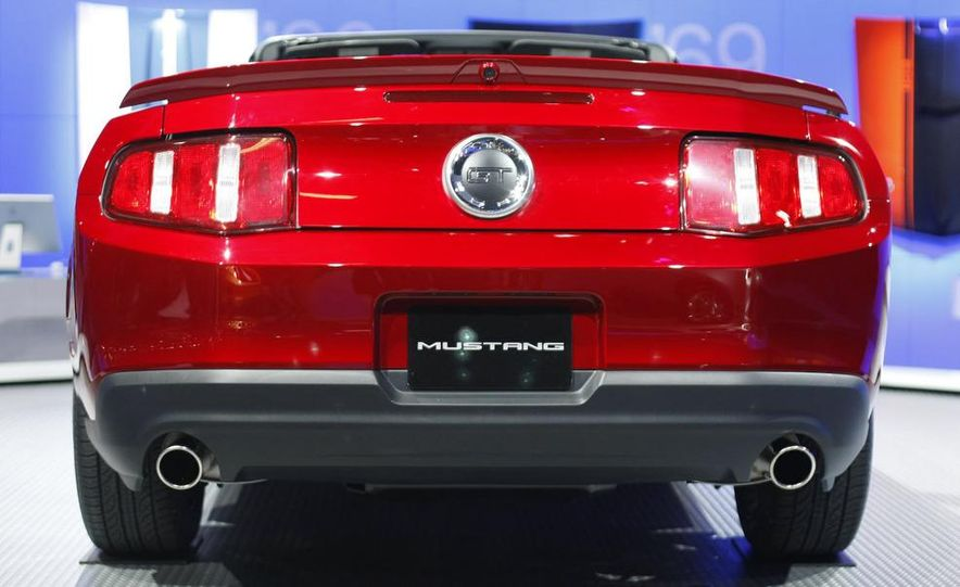 2010 Ford Mustang GT convertible - Slide 14