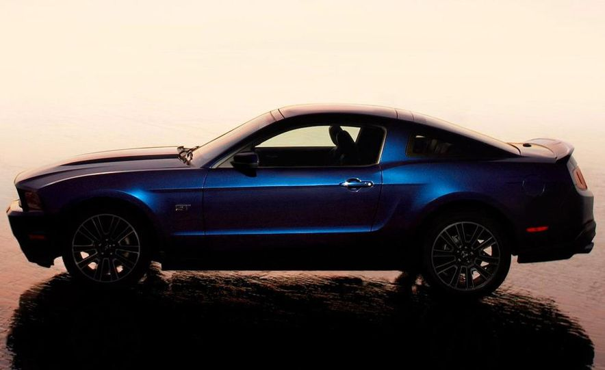 2010 Ford Mustang GT convertible - Slide 24