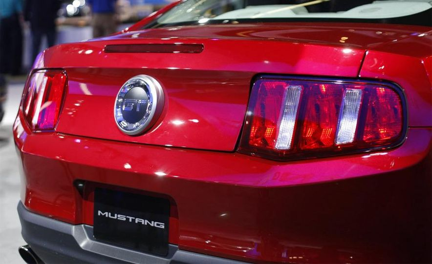 2010 Ford Mustang GT convertible - Slide 13