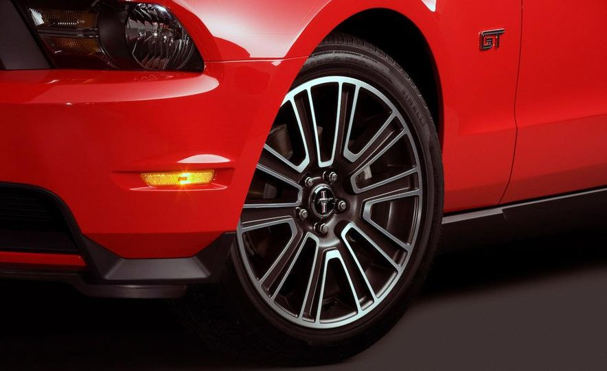 2010 Ford Mustang GT convertible - Slide 42