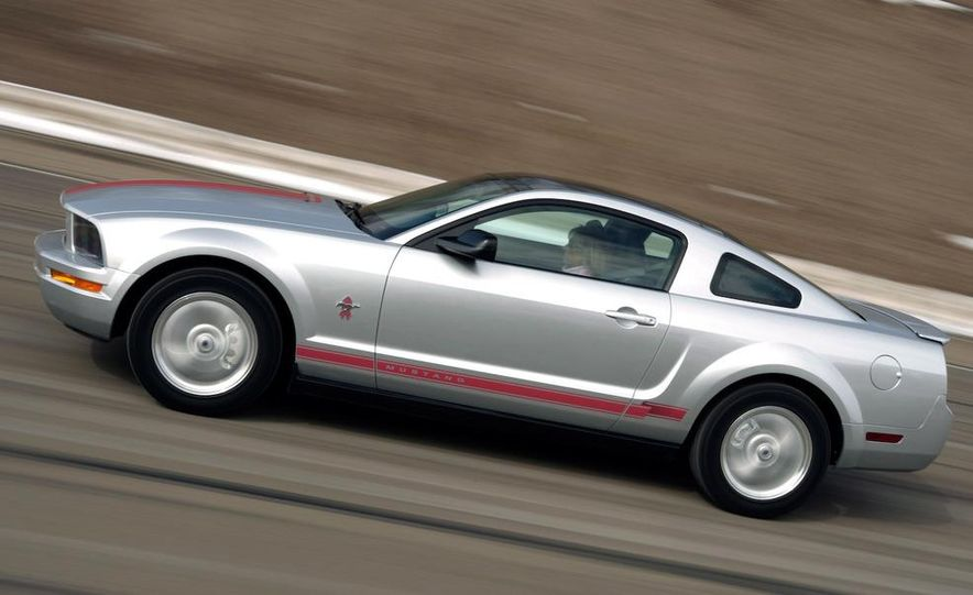 2009 Ford Mustang coupe - Slide 6