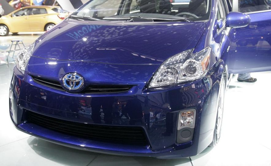 2010 Toyota Prius fender badge and side-view mirror - Slide 2