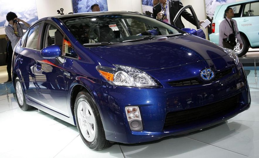 2010 Toyota Prius fender badge and side-view mirror - Slide 3