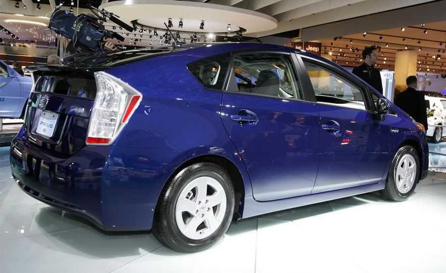 2010 Toyota Prius fender badge and side-view mirror - Slide 5
