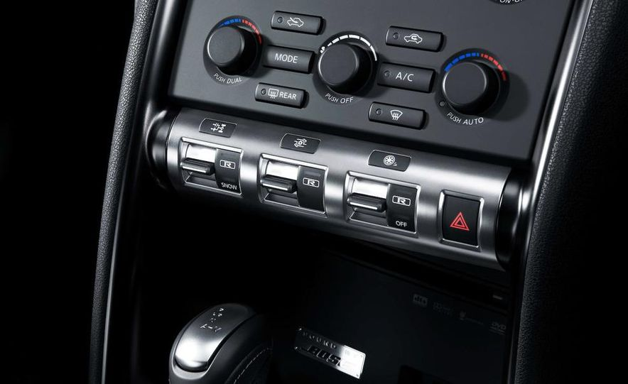 2011 Nissan GT-R Spec V - Slide 12