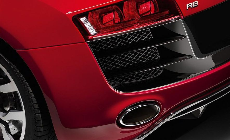 2010 Audi R8 5.2 V-10 FSI Quattro - Slide 9