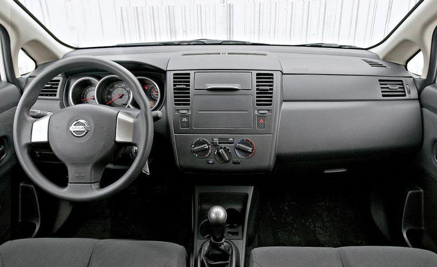 2009 Nissan Versa 1.6 Base - Slide 2