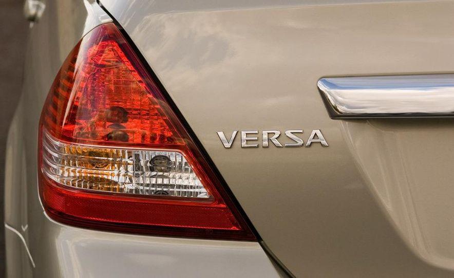 2009 Nissan Versa 1.6 Base - Slide 3