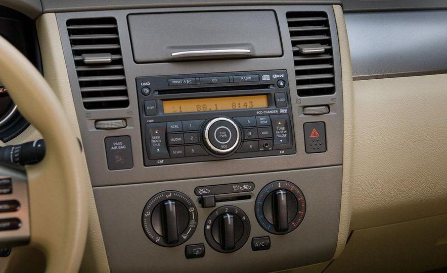 2009 Nissan Versa 1.6 Base - Slide 9