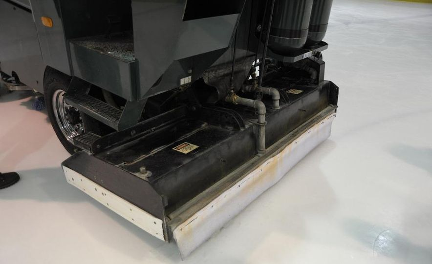 Zamboni 500 Series Ice Resurfacer - Slide 9