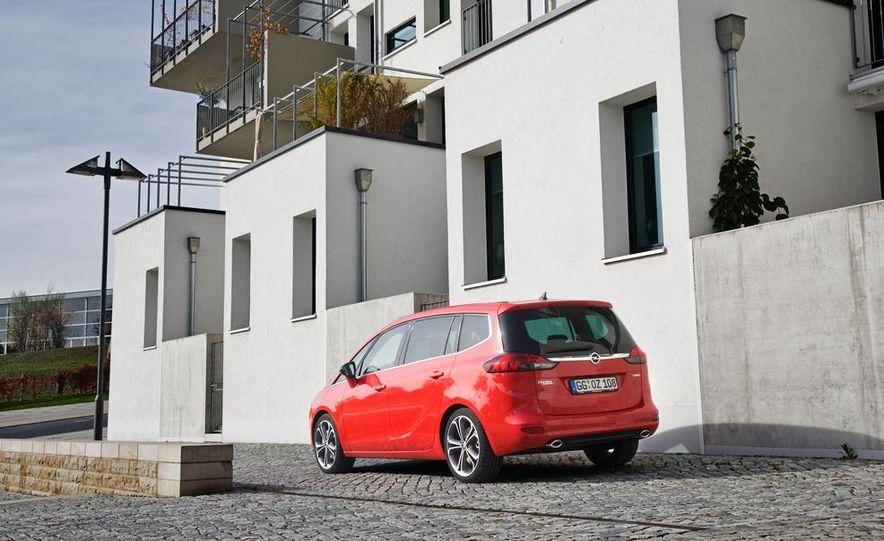 2013 Opel Zafira Tourer BiTurbo - Slide 12