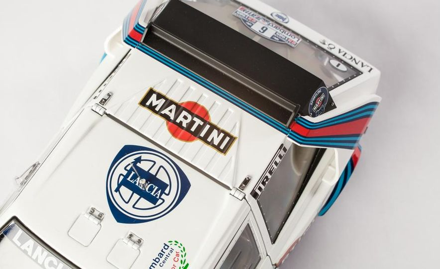AUTOart 1985 Lancia Delta S4 rally car model - Slide 16