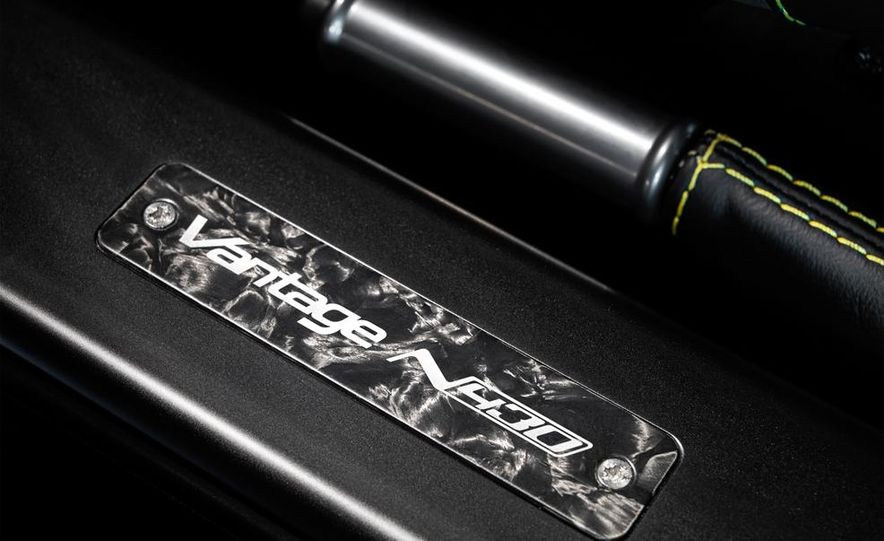 Aston Martin DB9 Carbon Black - Slide 43
