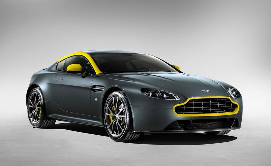 Aston Martin DB9 Carbon Black - Slide 30
