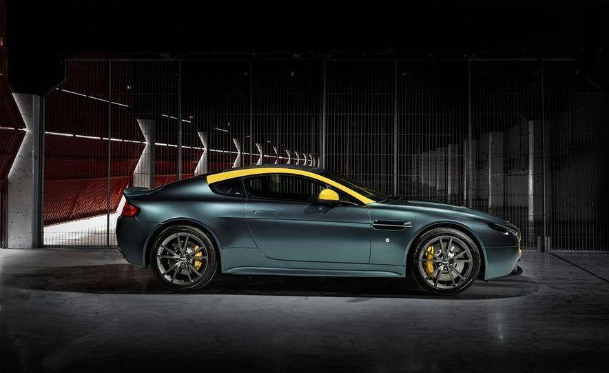 Aston Martin DB9 Carbon Black - Slide 32