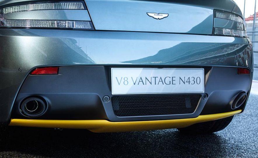 Aston Martin DB9 Carbon Black - Slide 35