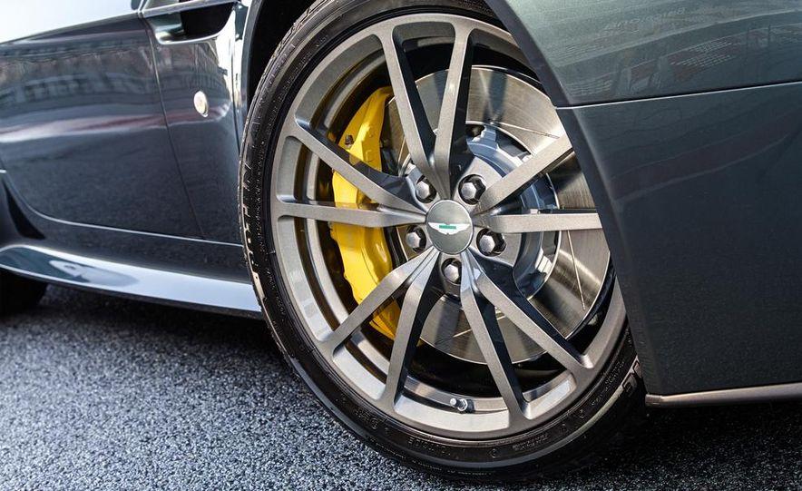 Aston Martin DB9 Carbon Black - Slide 36