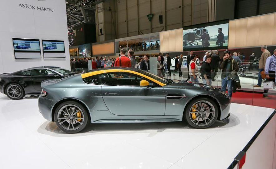 Aston Martin DB9 Carbon Black - Slide 8