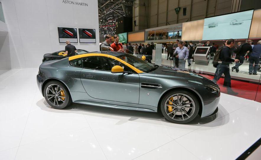 Aston Martin DB9 Carbon Black - Slide 9