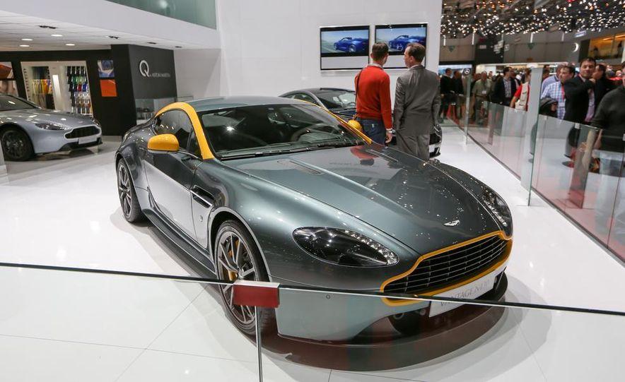 Aston Martin DB9 Carbon Black - Slide 11