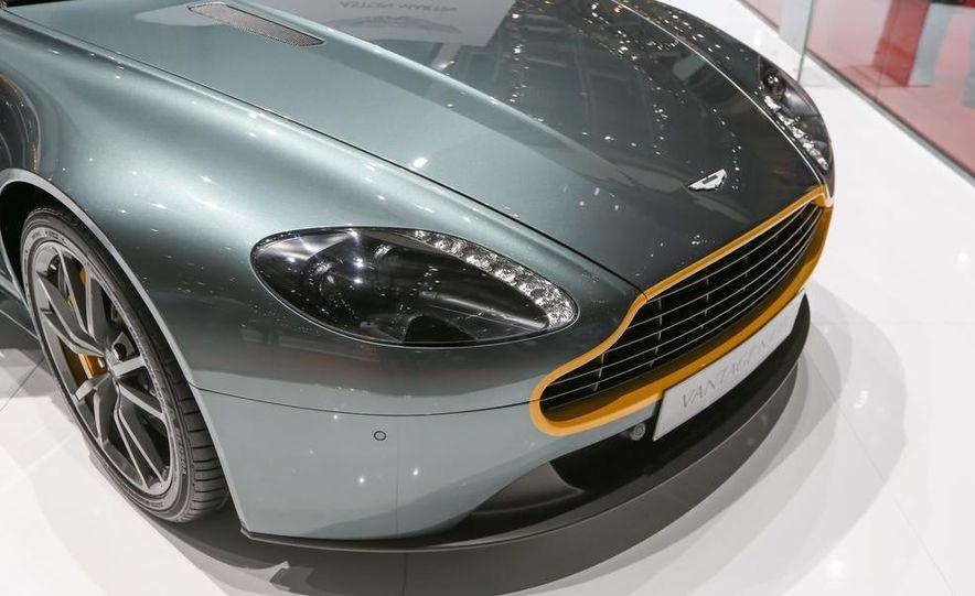 Aston Martin DB9 Carbon Black - Slide 12