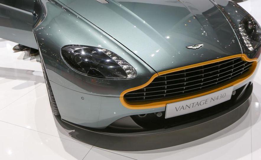 Aston Martin DB9 Carbon Black - Slide 13