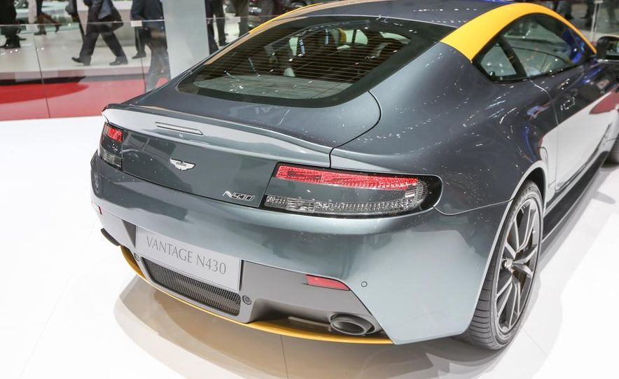 Aston Martin DB9 Carbon Black - Slide 16