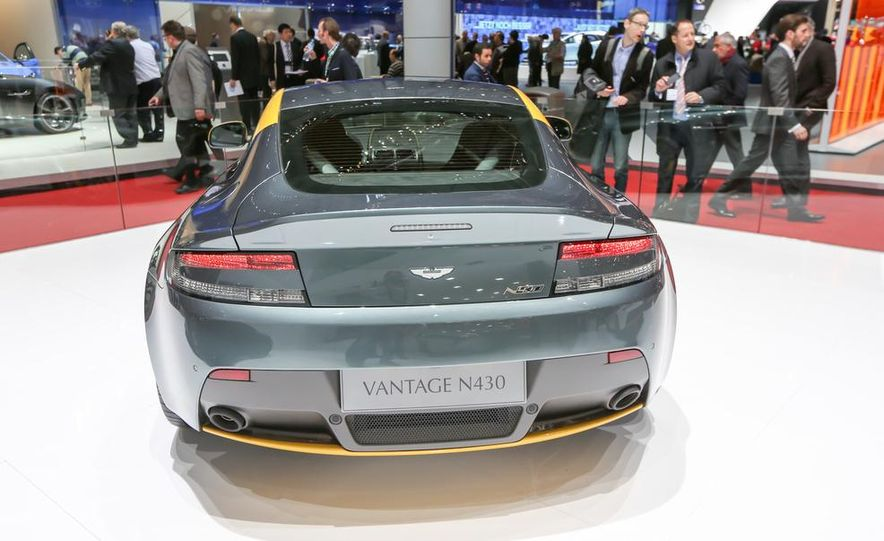 Aston Martin DB9 Carbon Black - Slide 17