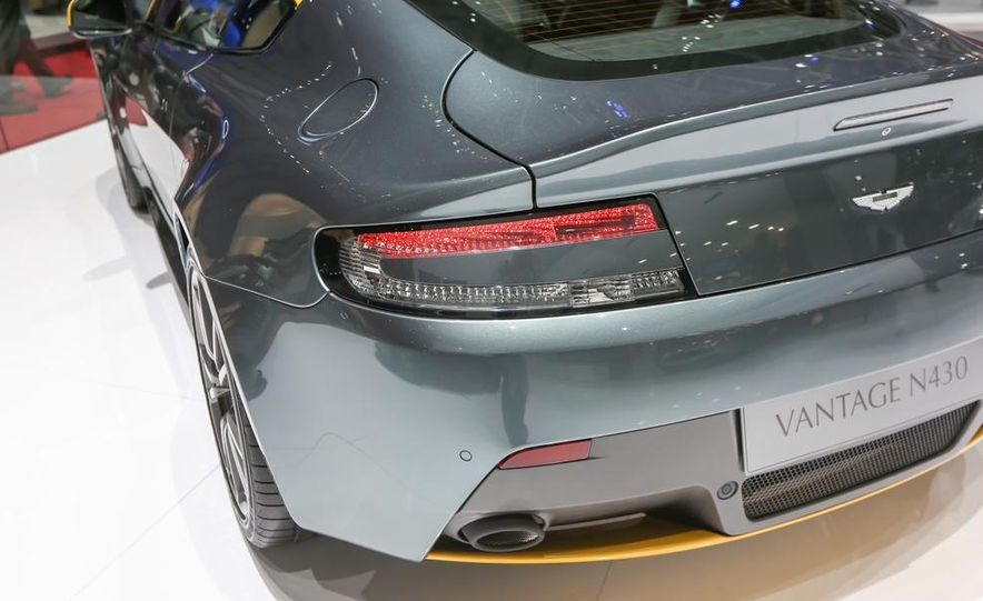 Aston Martin DB9 Carbon Black - Slide 19