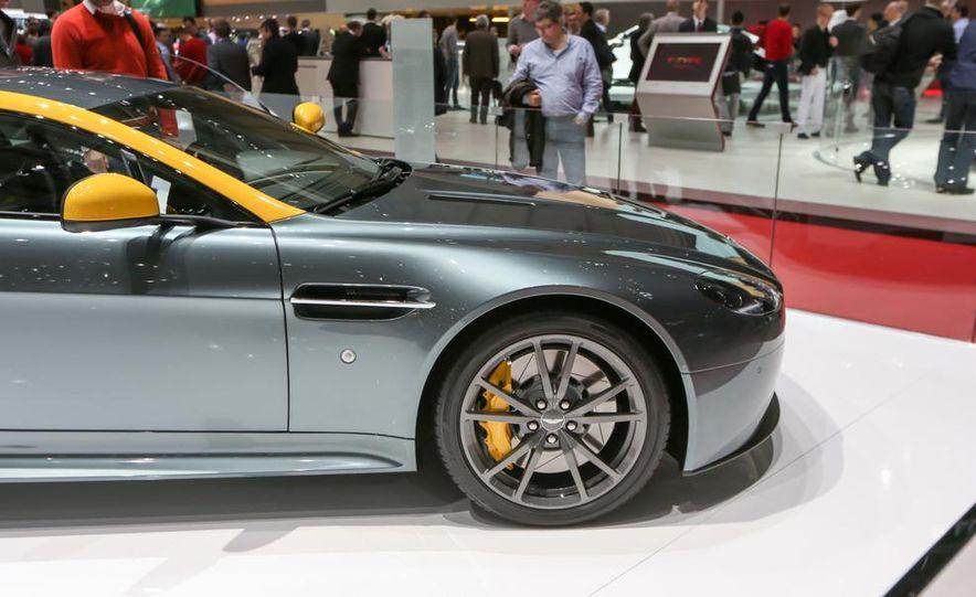 Aston Martin DB9 Carbon Black - Slide 21