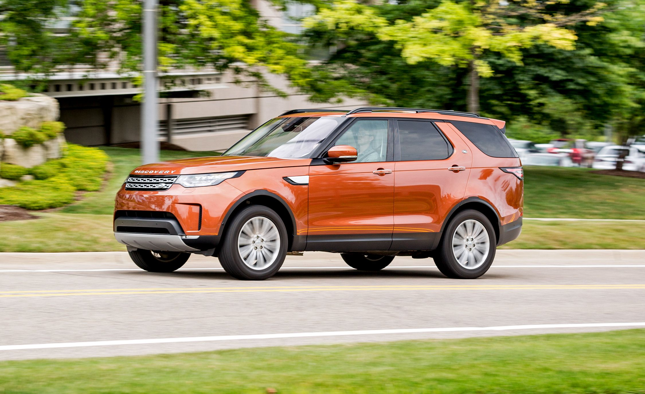 https://hips.hearstapps.com/amv-prod-cad-assets.s3.amazonaws.com/images/media/672263/2017-land-rover-discovery-in-depth-model-review-car-and-driver-photo-687974-s-original.jpg