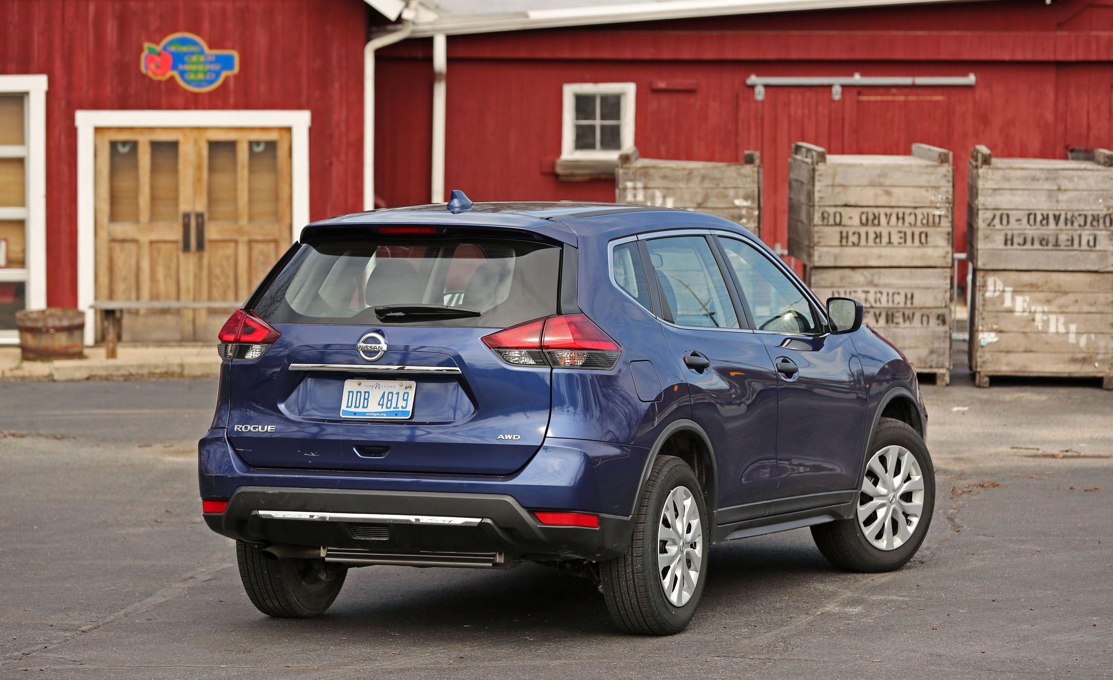 2017 nissan rogue cargo space and storage review car and driver. Black Bedroom Furniture Sets. Home Design Ideas