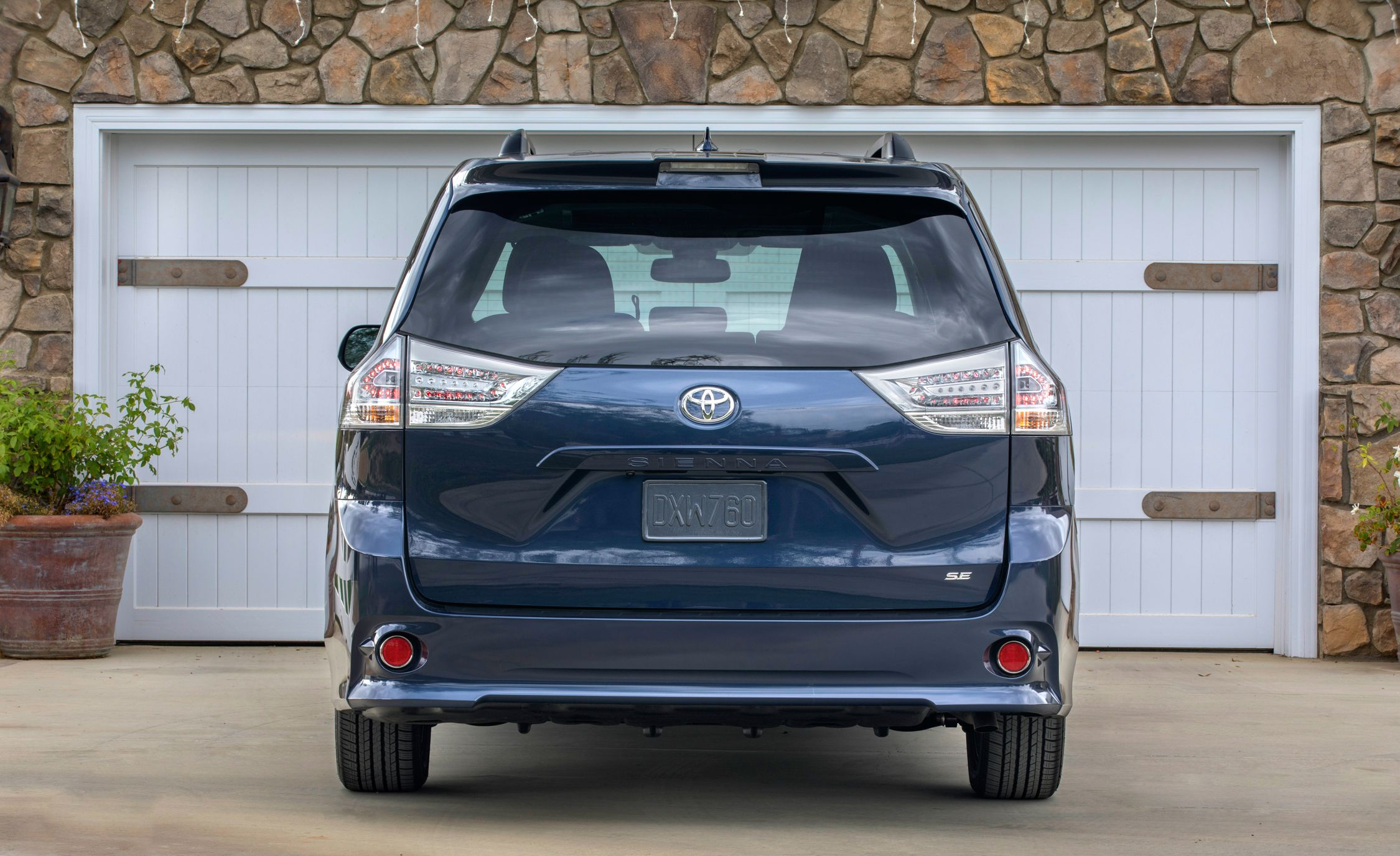 2018 toyota sienna cargo space and storage review car and driver. Black Bedroom Furniture Sets. Home Design Ideas