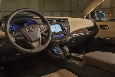 2013 Toyota Avalon Gets Wireless Charging for Mobile Devices