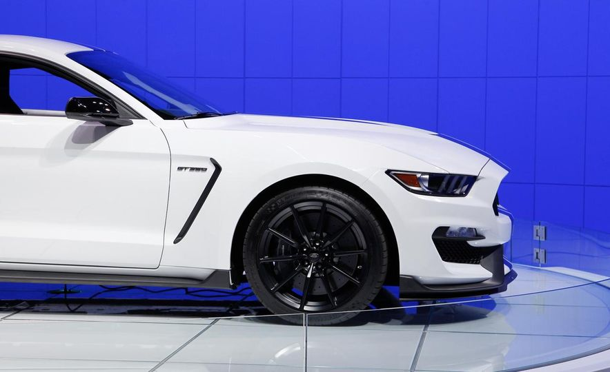 2016 Ford Mustang GT350 - Slide 12